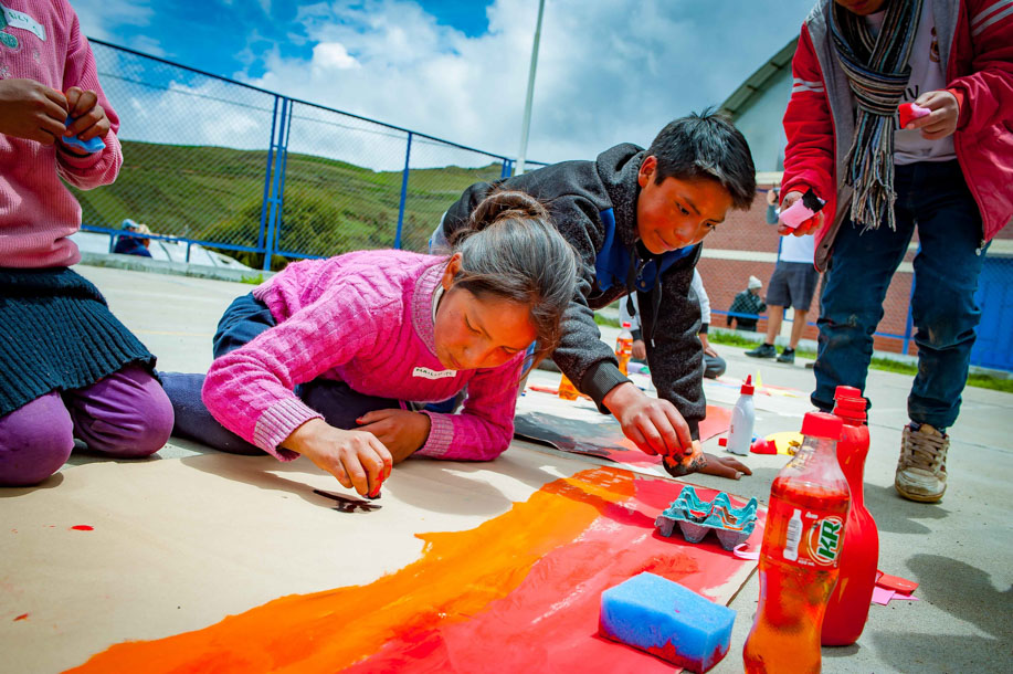 Painting with the kids in the middle of the mountains of Pampas